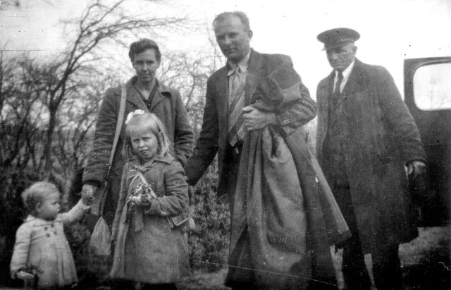 Teun, Hetty en kinderen stappen uit de taxi
