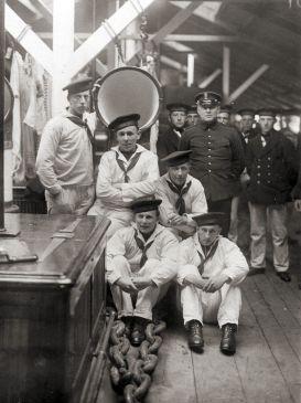 Teun Krul (linksonder) bij de Marine