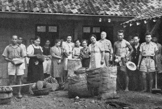 De gaarkeuken aan Kebon Kawoeng, vermoedelijk eind 1945/begin 1946. Midden-voor het echtpaar Van der Capellen.