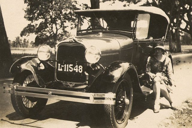 De auto van Mary en Kees (een Ford?), kenteken L 11548 (Soerabaja)