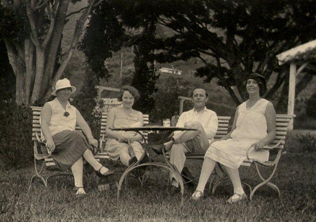 Het jonge paar, tussen mw. Boekhoven (?) en mw.Jansen, in Songgoriti (1929)