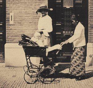 Nederlandse vrouw met baboe en kind, in Den Haag