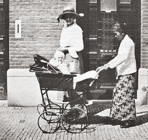 Nederlandse vrouw met baboe en kind, Den Haag
