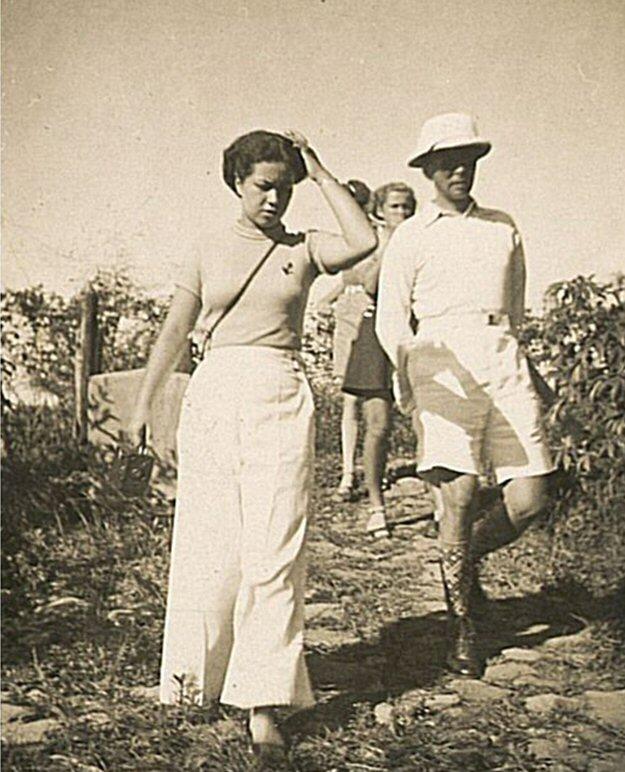 Tjarda van Starkerborg Stachouwer, samen met zijn dochter, Tjibodas 1937