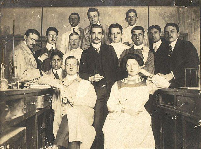 Dame met laboratoriumpersoneel