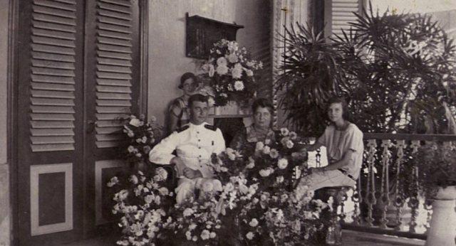 Echtpaar met dochters in de bloemen