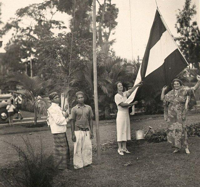 Europese vrouwen, bedienden en een vlag