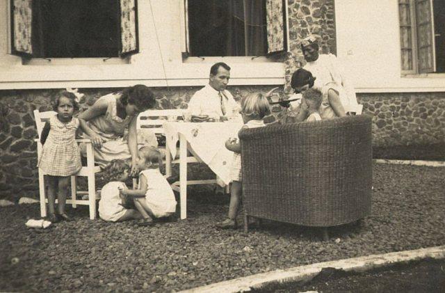 Gezin met kinderen en bediende