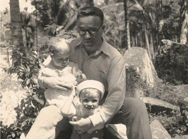 Man met twee kleine kinderen