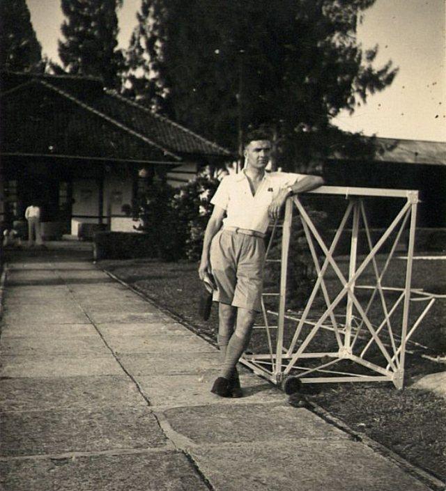 Man op vliegveld van Semarang, 1937