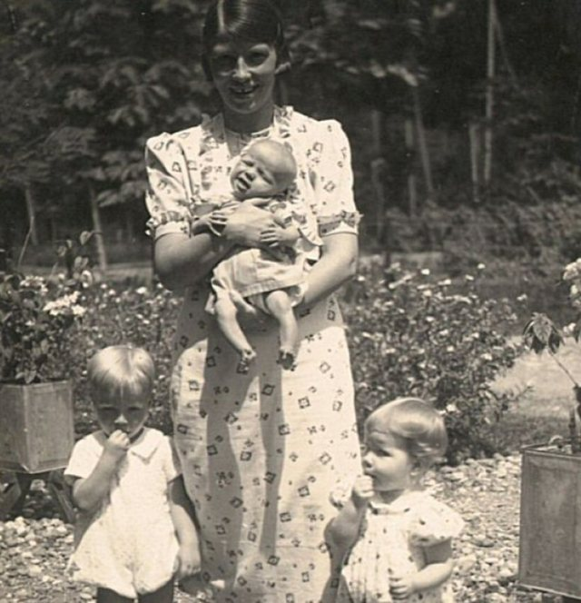 Vrouw met drie kleine kinderen