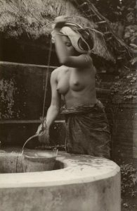 Bali: vrouw bij put