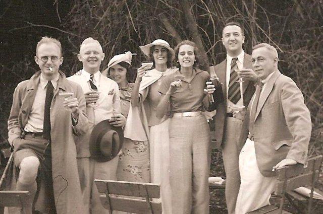Opa Jan Justus de Knoop (met champagnefles) en oma Johanna ('Zus') Velthuizen Weil (met hoed). Tussen hen in zus Frieda Velthuizen Weil. Bij welke gelegenheid de foto is genomen is niet bekend.