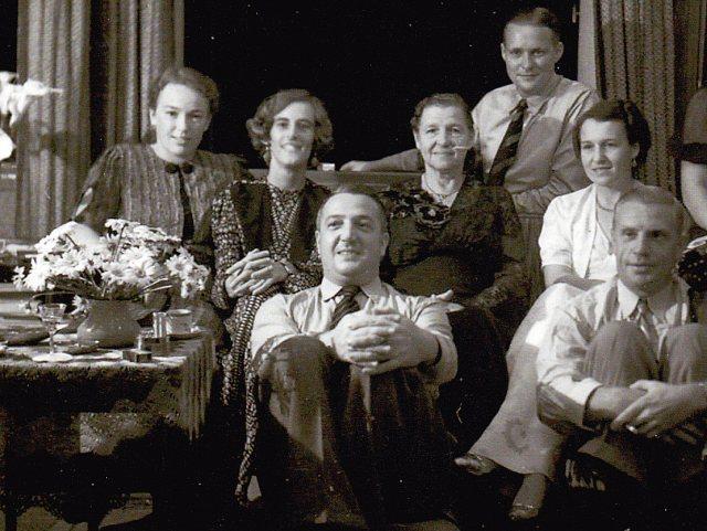 Jacoba Velthuizen Weil, tussen Betty de Knoop (links) en mevrouw E. de Knoop-Bos (midden)