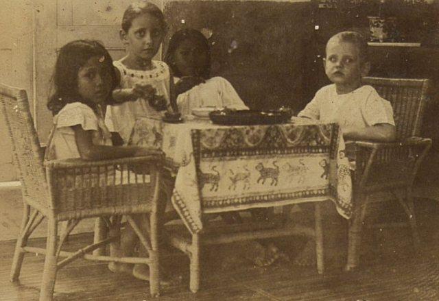 Samen met broertje en twee inlandse/indische kinderen