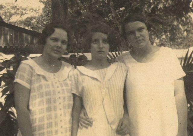 Meisje (midden) met zusters Van Weelderen