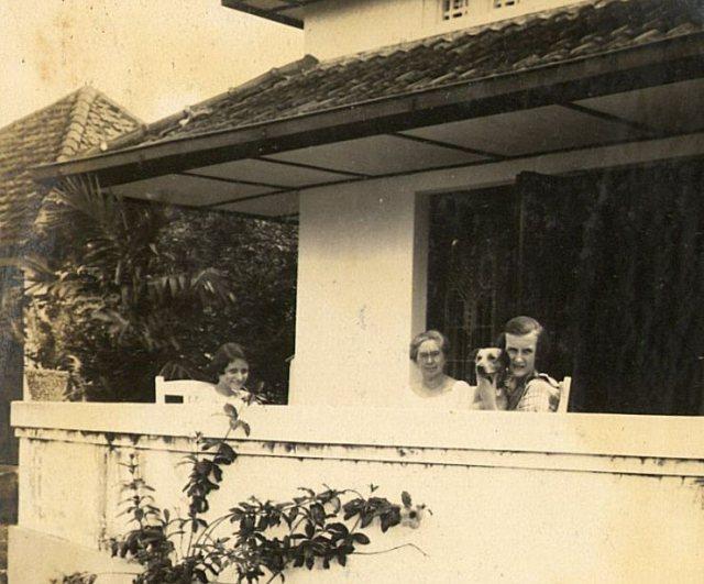 Mevrouw Zieck en beide meisjes