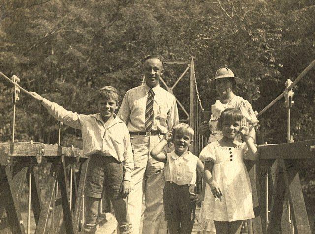 Echtpaar met kinderen op een brug