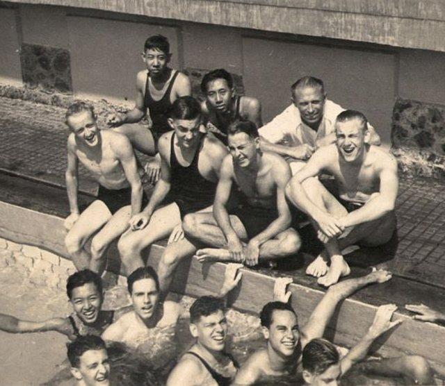 Docent met leerlingen in zwembad