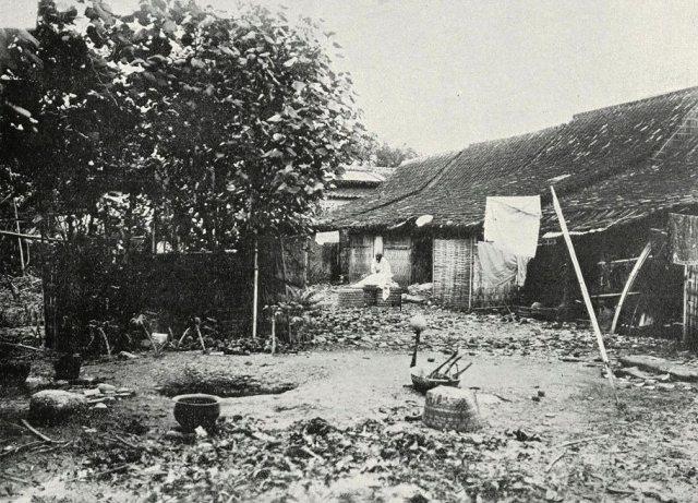 Arm Indië: Kampong idylle, Semarang; huizen van Europeesche paupers.