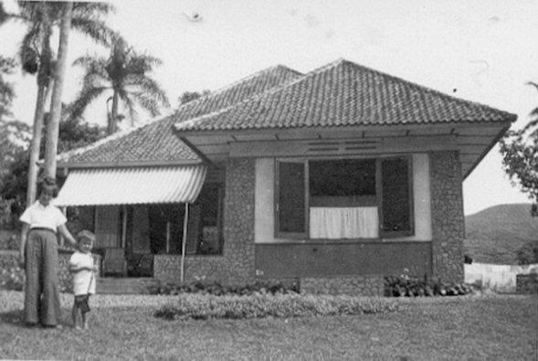 Het huis te Pinang, met de kinderen Bea en Bert van Rheeden, 1940.
