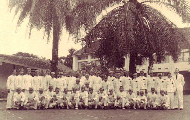 Hendrik Tuinema en Indonesisch personeel Preanger Hotel, 1949