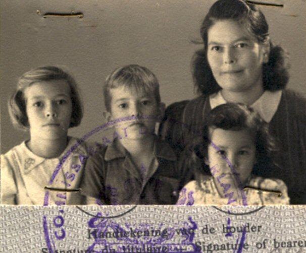 Mevrouw Catharina Alida Jeekel-ten Boom en haar kinderen Lieneke, Sijtje en Evie