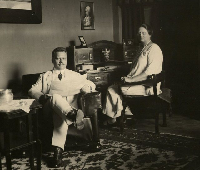 De directeur van de H.K.S. te Bandoeng G.A.J. Koert en zijn echtgenote G.Koert-Das