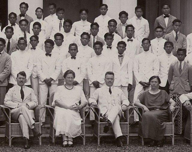 Het echtpaar Koert (midden) en leerlingen H.K.S. Bandoeng