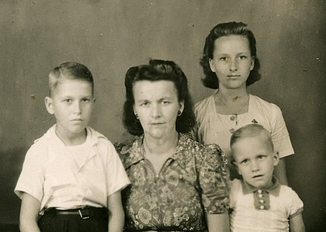 Mevrouw Lemmens en kinderen Jan, Karin en Gerard, in Singapore