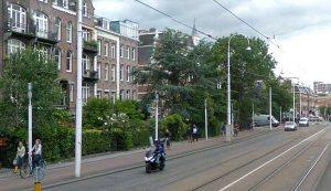 Twee mannen met brommer op de Linnaeusstraat, Amsterdam-Oost