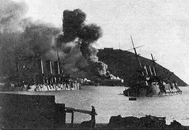 Gezonken Russische oorlogsschepen in de haven van Port Arthur