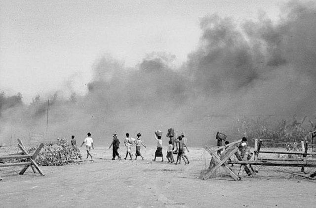 Soerabaja: burgers zoeken veilig heenkomen tijdens gevechtspauze