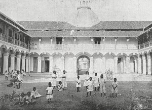 Weeshuis Boeboetan, binnenplaats (1913)