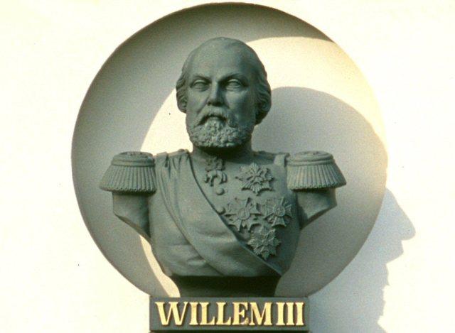 Borstbeeld Koning Willem III, timpaan gevel Bronbeek (1863)
