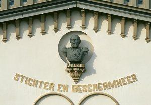Willem III, in de gevel van Bronbeek