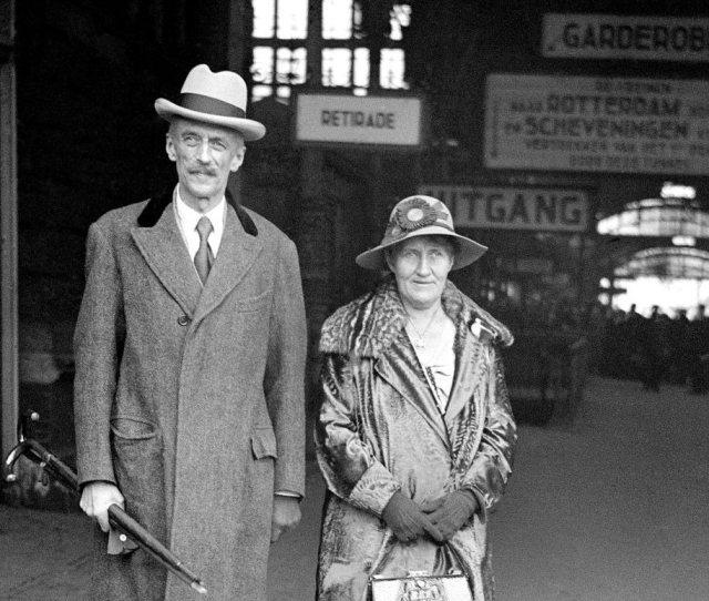 De heer en mevrouw De Jonge, terug in Den Haag.