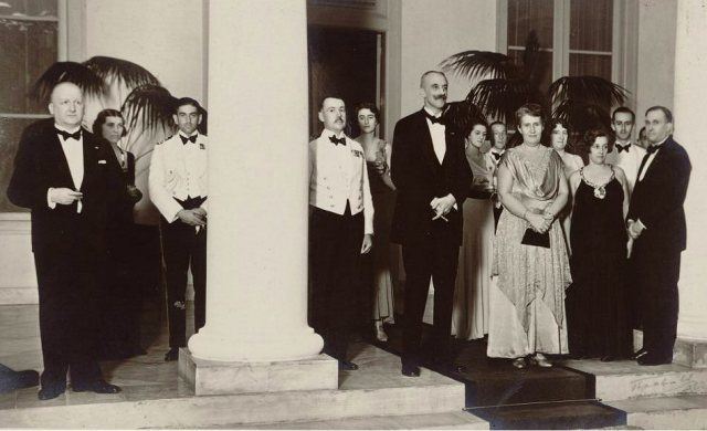 Jhr. mr. B.C. de Jonge en echtgenote Anna Cornelia barones van Wassenaer, op de trappen van het paleis, ca. 1932.