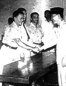 Van den Eeckhout (links) schudt hier de hand van Soekarno
