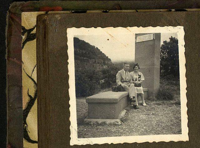 Echtpaar op monument Tangkoeban Prahoe. Foto Tropenmuseum, album 1069.