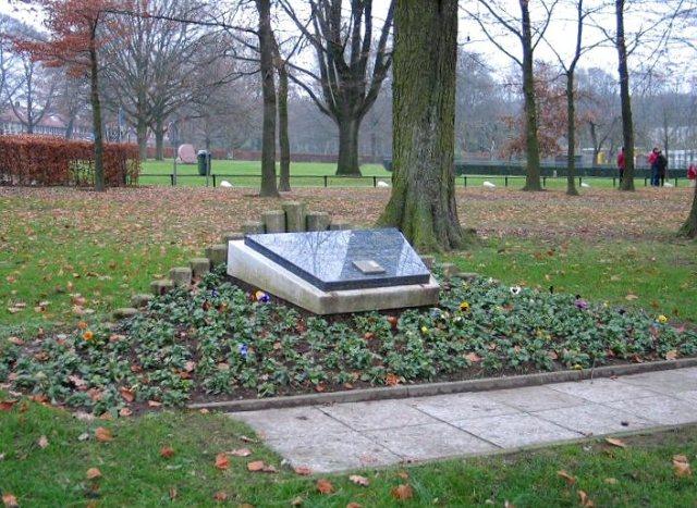 Glodok Monument, Bronbeek. Tekst: 'Ter nagedachtenis aan hen wier moed en standvastigheid zegevierden over de dood.'