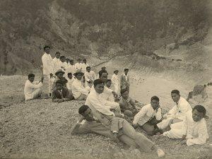 Excursie van kweekschool-leerlingen naar de krater. Ca. 1928.