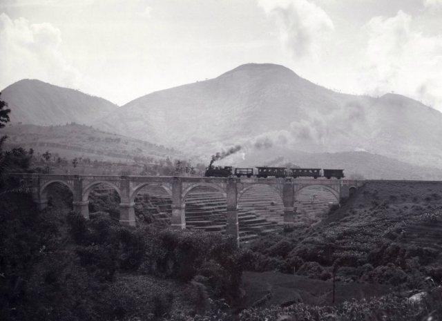 Spoorbrug, met op de achtergrond de Tangkoeban Prahoe.