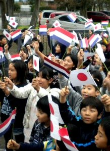Japanse schooljeugd begroet Nederlands gezelschap