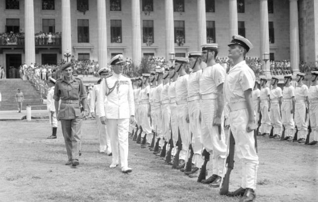 Admiraal Mountbatten inspecteert de Britse troepen, Singapore, september 1945