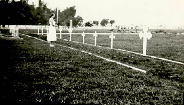 Slachtoffers van het Goebengtransport op erebegraafplaats Kembang Kuning, ca. 1950