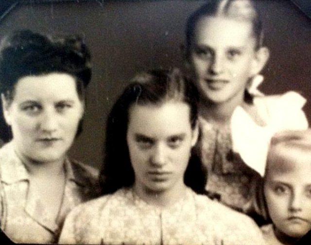Mw. Luijkx-van der Haar en haar dochters Rinie, Leny en Ria.