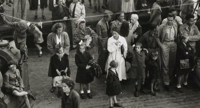 Evacuees a/b van de Klipfontein, bij aankomst in Amsterdam, augustus 1946.