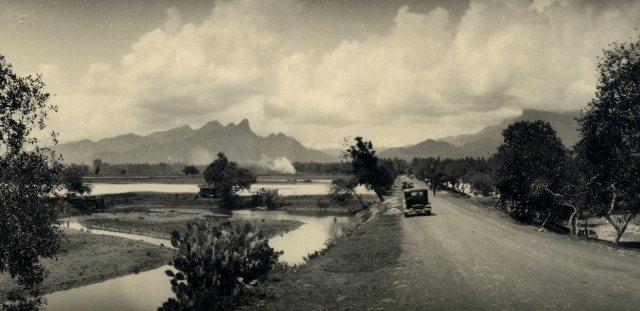Landweg nabij Bondowoso met op de achtergrond de Goenoeng Raoeng en de Merapi.