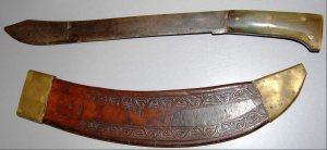 Het wapen waarmee Frits Groeneboom vermoedelijk werd omgebracht: een golok c.q. parang van de fa. Collins & Co. te Hartford.